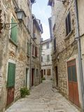 Calle estrecha del adoquín en la ciudad vieja 0914 de Rovinj Imágenes de archivo libres de regalías