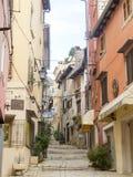 Calle estrecha del adoquín en la ciudad vieja 0920 de Rovinj Imagenes de archivo