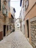 Calle estrecha del adoquín en la ciudad vieja 0915 de Rovinj Fotos de archivo