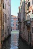 Calle estrecha del agua del centro histórico de Venecia imagenes de archivo