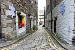 Calle estrecha del centro histórico de Plymouth Fotos de archivo