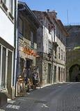 Calle estrecha del guijarro en Portugal Fotos de archivo