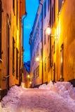 Calle estrecha del invierno en la ciudad vieja en Estocolmo, Suecia Imagen de archivo libre de regalías