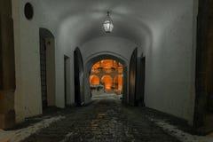 Calle estrecha en Baviera de Regensburg en una noche del invierno Foto de archivo libre de regalías