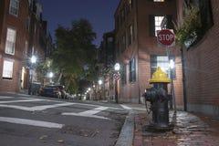 Calle estrecha en Beacon Hill en la noche, Boston fotos de archivo libres de regalías