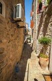 Calle estrecha en Budva Fotos de archivo
