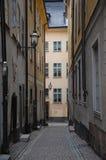 Calle estrecha en ciudad vieja imagen de archivo