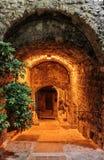Calle estrecha en ciudad vieja en Francia Opinión de la noche Fotos de archivo libres de regalías