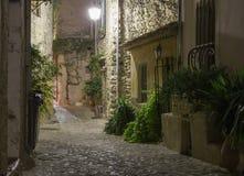 Calle estrecha en ciudad vieja en Francia en la noche Fotografía de archivo libre de regalías