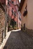 Calle estrecha en el alto Montecatini Foto de archivo