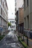 Calle estrecha en el centro de Atenas, Grecia imagenes de archivo