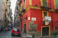 Calle estrecha en el centro histórico de Nápoles, Italia Foto de archivo