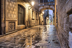 Calle estrecha en el cuarto gótico, Barcelona Foto de archivo