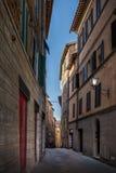 Calle estrecha en el itali de Siena, Toscana Imágenes de archivo libres de regalías