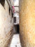 Calle estrecha en el Medina de Fes Imagen de archivo