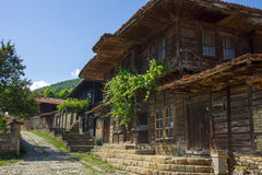 Calle estrecha en el pueblo balcánico montañoso Imágenes de archivo libres de regalías