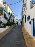 Calle estrecha en el pueblo de Benalmadena, Málaga, España Fotografía de archivo libre de regalías