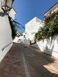 Calle estrecha en el pueblo de Benalmadena, Málaga, España Imagenes de archivo