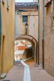 Calle estrecha en el pueblo de Provencal imagen de archivo