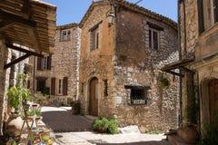 Calle estrecha en el pueblo viejo Tourrettes-sur-Loup en Francia Fotos de archivo libres de regalías