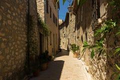 Calle estrecha en el pueblo viejo Tourrettes-sur-Loup en Francia Foto de archivo libre de regalías