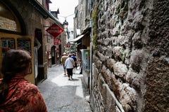 Calle estrecha en el santo Michael Castle en Normandía Fotos de archivo