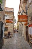 Calle estrecha en el viejo centro de ciudad de Budva en Budva, Montenegro imágenes de archivo libres de regalías