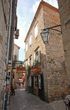 Calle estrecha en el viejo centro de ciudad de Budva en Budva, Montenegro imagen de archivo libre de regalías