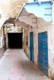 Calle estrecha en Essaouira, Marruecos Imagen de archivo