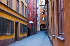 Calle estrecha en Estocolmo Imagen de archivo libre de regalías