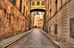 Calle estrecha en Estocolmo Imágenes de archivo libres de regalías