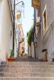 Calle estrecha en la ciudad de Catania, Sicilia Fotos de archivo