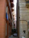 Calle estrecha en la ciudad de Monte Carlo, Mónaco foto de archivo libre de regalías