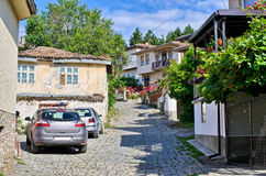 Calle estrecha en la ciudad de Ohrid, Macedonia Foto de archivo libre de regalías