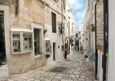 Calle estrecha en la ciudad de Ostuni, la ciudad blanca, Apulia, Italia imágenes de archivo libres de regalías