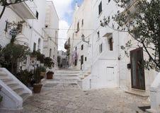 Calle estrecha en la ciudad de Ostuni, la ciudad blanca, Apulia, Italia imagenes de archivo