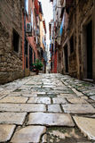 Calle estrecha en la ciudad de Rovinj Fotografía de archivo libre de regalías