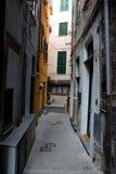 Calle estrecha en la ciudad de Vernazza Imagen de archivo libre de regalías