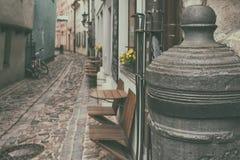 Calle estrecha en la ciudad vieja Foto de archivo libre de regalías