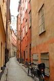 Calle estrecha en la ciudad vieja de Estocolmo Foto de archivo libre de regalías