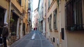Calle estrecha en la ciudad vieja de Menton