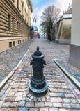 Calle estrecha en la ciudad vieja de Riga Fotografía de archivo libre de regalías
