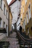 Calle estrecha en la ciudad vieja de Tallinn Fotos de archivo libres de regalías