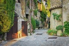 Calle estrecha en la ciudad vieja en Francia Imágenes de archivo libres de regalías