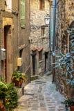 Calle estrecha en la ciudad vieja en Francia Foto de archivo
