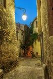 Calle estrecha en la ciudad vieja en Francia en la noche Foto de archivo libre de regalías