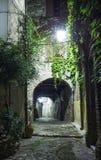 Calle estrecha en la ciudad vieja en Francia en la noche Imagen de archivo