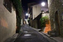 Calle estrecha en la ciudad vieja en Francia en la noche Fotografía de archivo libre de regalías