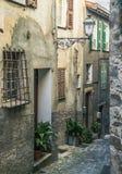 Calle estrecha en la ciudad vieja en Francia Fotos de archivo libres de regalías