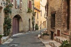 Calle estrecha en la ciudad vieja en Francia Imagenes de archivo